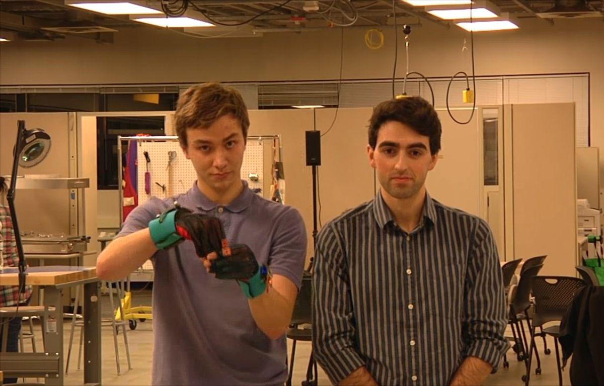 Deux étudiants de Washington ont mis au point un gant capable de traduire le langage des signes – 20 Minutes / Lemelson MIT
