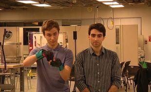 Deux étudiants de Washington ont mis au point un gant capable de traduire le langage des signes