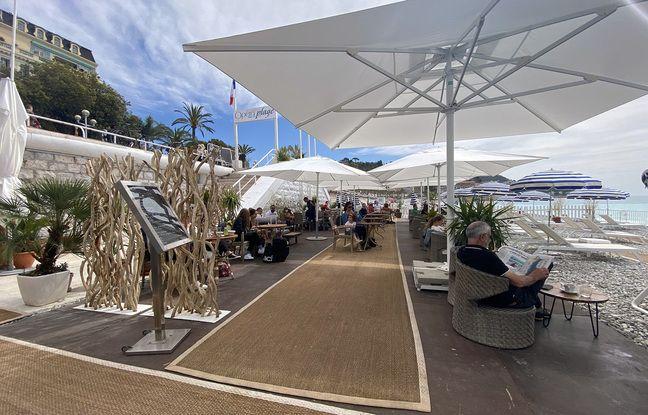 Sur les plages de Nice, les terrasses sont prises d'assaut par les clients impatients de boire un café en bord de mer