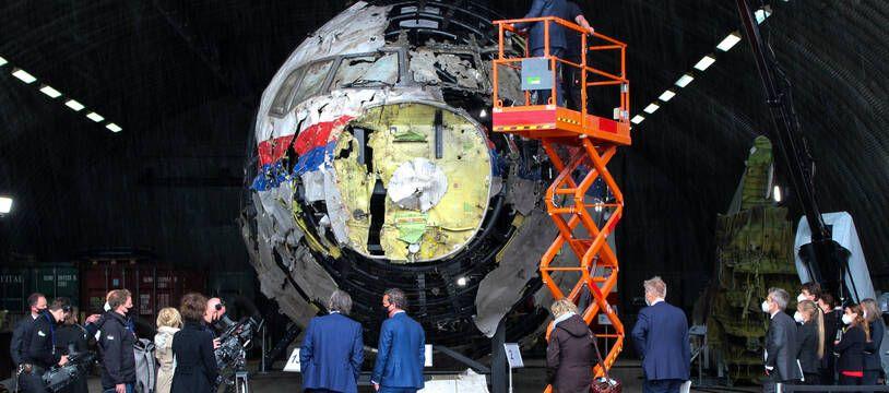 Les juges néerlandais examinent l'avion de passagers Boeing 777-200ER partiellement reconstitué à partir de l'épave récupérée sur le site de l'accident lors de leur visite à la base aérienne de Gilze-Rijen dans le cadre du procès de l'abattage du vol 17 de Malaysia Airlines en 2014 en Ukraine.
