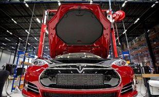 L'incendie d'une voiture Tesla relance le débat sur la bulle boursière dont ferait l'objet le constructeur américain de voitures électriques et sur les risques posés par un secteur automobile qui peine à prendre de la vitesse.