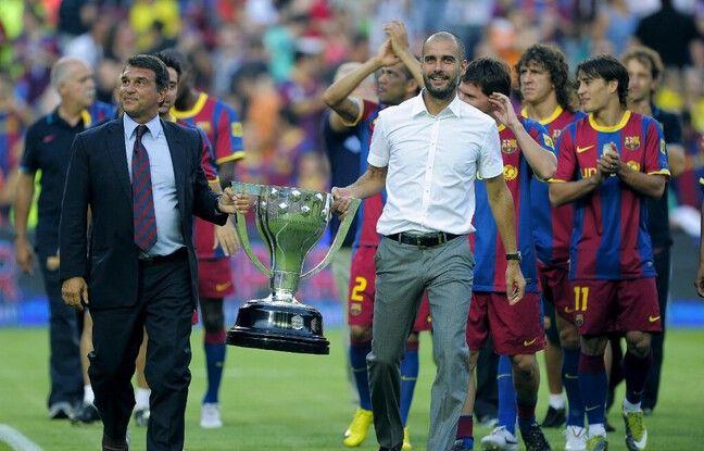 Laporta et Guardiola avec le trophée Joan Gamper, le 25 août 2010 au Cam Nou.