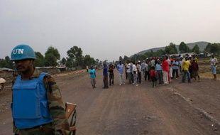 Un Casque bleu a été tué et trois autres ont été blessés mercredi dans l'est de la République démocratique du Congo où des hélicoptères et l'artillerie de la force de l'ONU en RDC ont pilonné des positions des rebelles du M23 en soutien aux forces de Kinshasa.