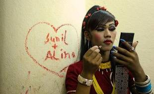 Un Népalais transgenre lors d'un évènement contre l'homophobie et la transphobie le 17 mai 2013 à Katmandou.