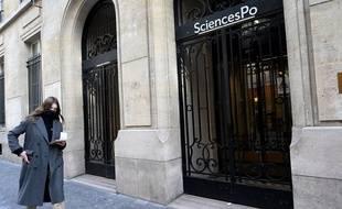 Une étudiante qui passe devant l'IEP de Paris, en février 2021.