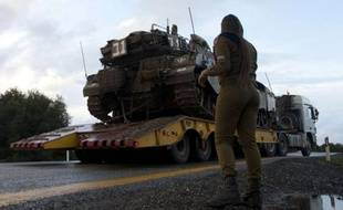 L'armée israélienne a tiré dimanche des coups de semonce en direction de la Syrie à la suite de la chute d'un obus de mortier syrien dans la partie du Golan occupée par Israël, premier incident du genre depuis près de 40 ans, selon des sources militaires israéliennes.
