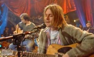 Le chanteur Kurt Cobain (et son gilet) lors du MTV Unplugged de 1993