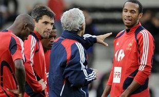 Les joueurs de l'équipe de France à l'entraînement autour de Raymond Domenech, de dos, à Guingamp, le 7 octobre 2009.