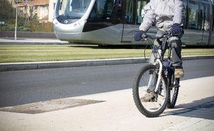 Illustration de tram et vélos dans les rues de Toulouse, le 24 novembre 2010.