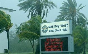 Après avoir laissé sur son sillage une quarantaine de morts ce week-end en République dominicaine et Haïti, la tempête tropicale Fay n'a causé que de légers dégâts lundi sur l'île de Cuba, mais menaçait de se transformer en ouragan en atteignant la Floride.