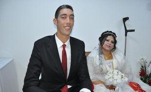 Le Turc Sultan Kösen, l'homme le plus grand du monde qui mesure 2,51  mètres, a épousé une Syrienne dans sa ville natale de Mardin  (sud-est de la Turquie), dimanche 27 octobre 2013