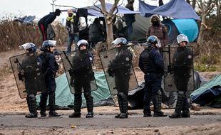 Des forces de l'ordre dans un camp de migrants. (archives)