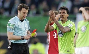 Luiz Gustavo (en vert) écope d'un carton (rouge).