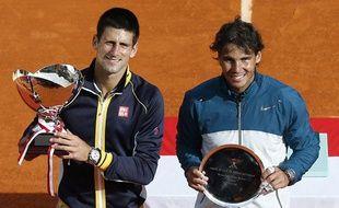 Novak Djokovic et Rafael Nadal après la finale du tournoi de Monte-Carlo remportée par le Serbe, le 21 avril 2013.