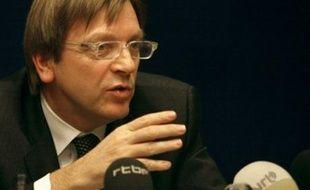 Le Premier ministre belge Guy Verhofstadt est parvenu a dégager un accord dans la nuit de mardi à mercredi pour former un gouvernement intérimaire avec cinq partis et permettre un premier déblocage après six mois de paralysie politique dans le pays.