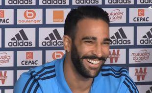 Adil Rami tout sourire en conférence de presse quand un journaliste lui demande s'il est maqué avec Pamela Anderson.