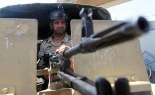 Un membre des forces de sécurité irakiennes garde un poste à Bagdad le 17 août 2014