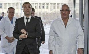 Dmitri Medvedev, lors de sa visite à l'hôpital Sklifosovsky, hier.
