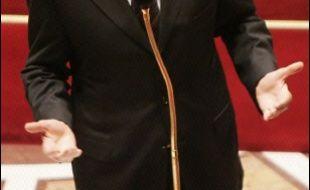 Dominique de Villepin a utilisé jeudi, pour la première fois depuis son arrivée à Matignon, l'arme du 49.3 sur le projet de loi instaurant le contrat première embauche (CPE), face à la pugnacité des députés de gauche qui bloquaient son examen.