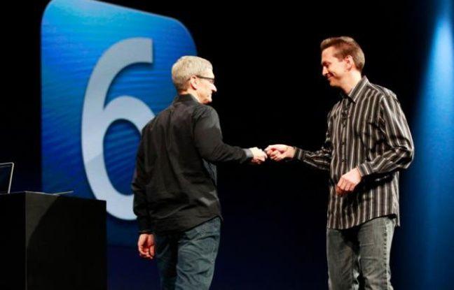 La patron d'Apple, Tim Cook (gauche) et l'architecte en chef d'iOS Scott Forstall, présentent iOS 6, le 11 juin 2012, à San Francisco.