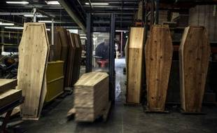 Des cercueils sont fabriqués dans une usine, le 29 octobre 2012 à Reyrieux (Rhône-Alpes)