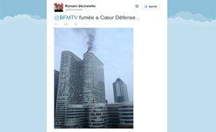 Une épaisse fumée noire s'échappait ce mercredi matin du toit d'une tour de la Défense.