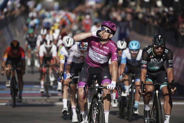 Arnaud Démare avec le maillot de meilleur sprinteur du Tour d'Italie sur le dos.