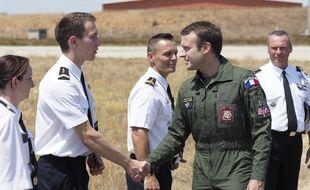 Emmanuel Macron salue un militaire lors d'une visite à Istres le 20 juillet 2017