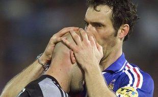Laurent Blanc embrasse le crane de Fabien Barthez, en 2000.