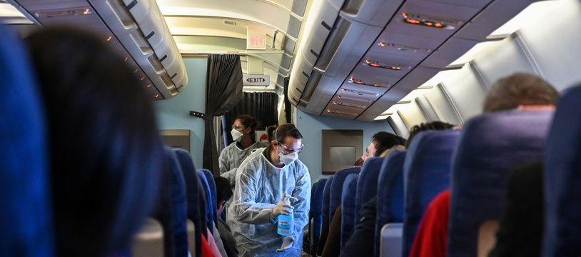 Des personnes masquées dans un avion (illustration).