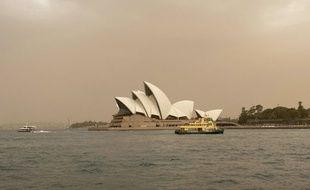 Le ciel de la plus grande ville d'Australie, Sydney, est complément enfumé.