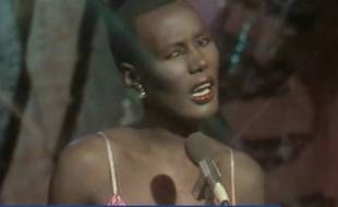 Grace Jones reprend La Vie en rose