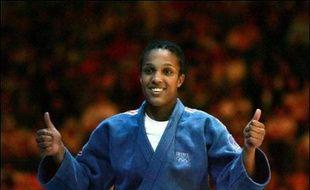 La championne du monde Lucie Decosse (-63 kg) a décroché la première médaille d'or française des Championnats d'Europe en battant en finale la Slovène Urksa Zolnir, lors de la deuxième journée samedi à Belgrade.