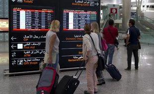 Des touristes quittent la Tunisie à l'aéroport international d'Enfidha au lendemain de la tuerie à Sousse, le 27 juin 2015.