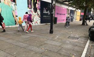 Des passants dans les rues de Romford, au Royaume-Uni, le 20 octobre 2019.