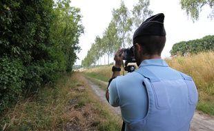 Un gendarme procède à un contrôle de vitesse ici entre Rennes et Nantes.