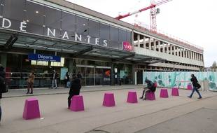 nantes des tudiants bloquent un tgv en gare. Black Bedroom Furniture Sets. Home Design Ideas