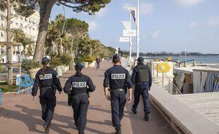 Des policiers en patrouille à Cannes.