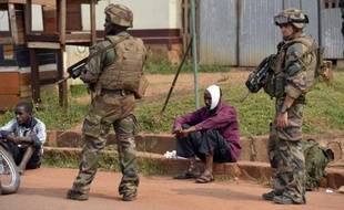 Des civils musulmans sont protégés par les soldats français à Bangui le 26 décembre 2013