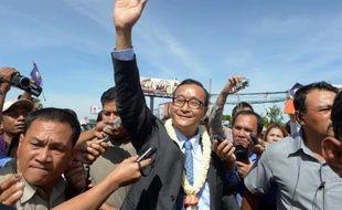 """De retour des Etats-Unis, le leader de l'opposition cambodgienne Sam Rainsy a affirmé vendredi qu'il n'appellerait ses partisans à descendre dans la rue qu'""""en dernier recours"""" pour contester sa défaite aux législatives, après avoir menacé du contraire."""