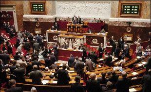 Le Parlement a définitivement adopté jeudi, par un ultime vote conforme du Sénat, le projet de loi sur les OPA dont l'un des objectifs majeurs est de doter les entreprises françaises de moyens de se défendre contre des raids hostiles.