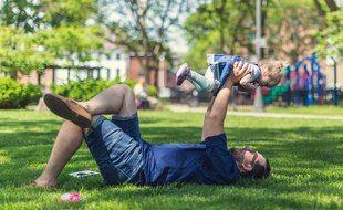 Illustration d'un père avec son enfant.