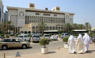 Des koweitis arrivent au Palais de justice, où 29 personnes sont jugées le 15 septembre 2015 pour leur rôle dans un attentat suicide meurtrier perpetré contre une mosquée chiite qui avait fait 26 morts et 227 blessés