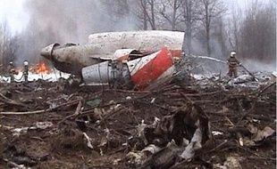 Image tirée d'une vidéo montrant des pompiers tentant d'éteindre les restes de l'avion du président polonais Lech Kaczynski, qui s'est écrasé près de l'aéroport de Smolensk, en Russie, le 10 avril 2010.