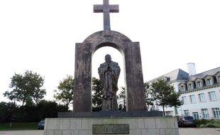 La statue de Jean-Paul II est installée depuis fin 2006 sur une place publique de Ploërmel.
