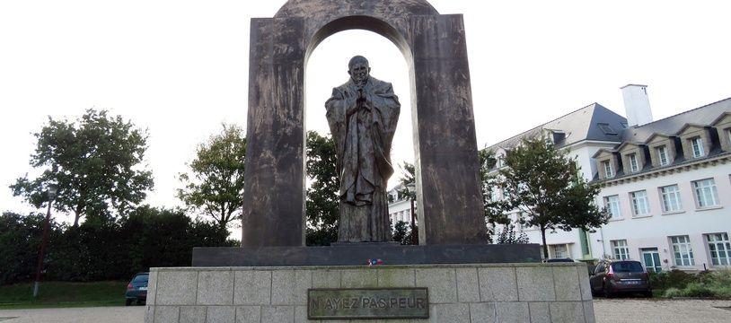 La statue de Jean-Paul II va quitter la place publique qu'elle occupe depuis 2006 à Ploërmel (Morbihan)