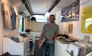 Thierry Genibre a ouvert fin avril son bus store où il vend de nombreux vinyles.