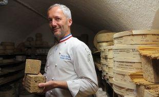 François Bourgon, le patron de la fromagerie toulousaine Xavier avec son Pave toulousain