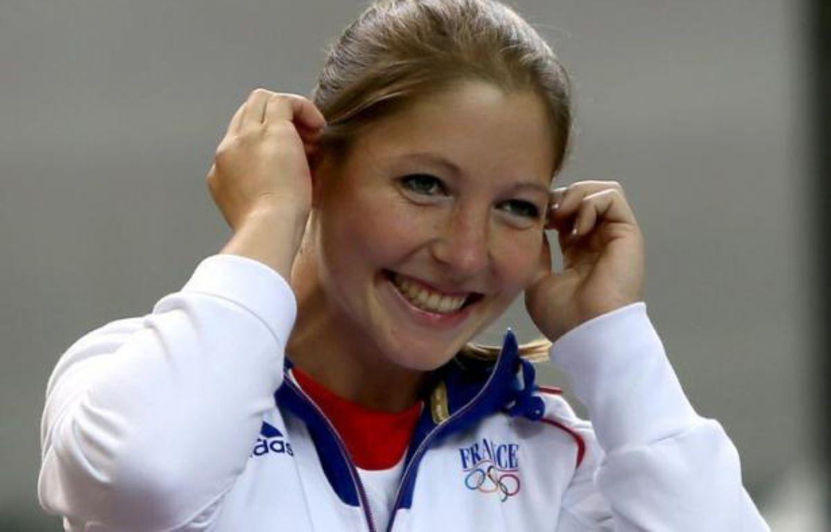 """Céline Goberville s'est dite """"très fière d'avoir apporté une médaille pour la France"""" dimanche à Londres, où elle a été la première Tricolore à monter sur le podium des JO-2012 avec une deuxième place dans l'épreuve de tir au pistolet à dix mètres. – Marwan Naamani afp.com"""