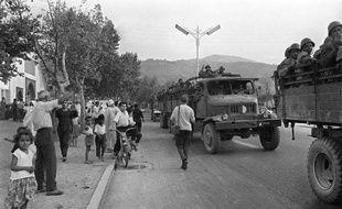 Après deux mois de luttes pour le pouvoir et de combats sanglants, les unités de l'ANP du colonel Houari Boumediène (c), qui poursuivent leur marche vers Alger, traversent la ville de Blida où elles reçoivent un accueil enthousiaste le 09 septembre 1962